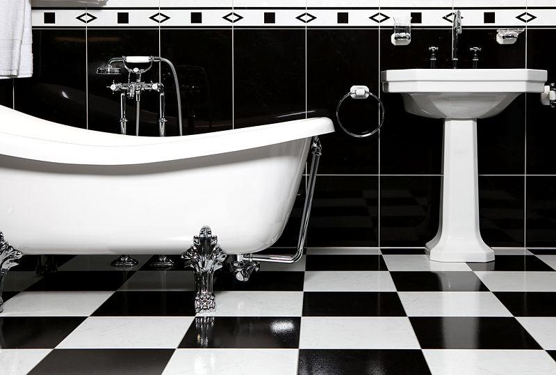 800px-Bathroom_with_bathtube